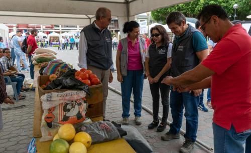 Recorrido de autoridades en Feria Campesina