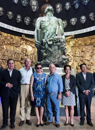 Autoridades en el Mausoleo Memorial Eloy Alfaro
