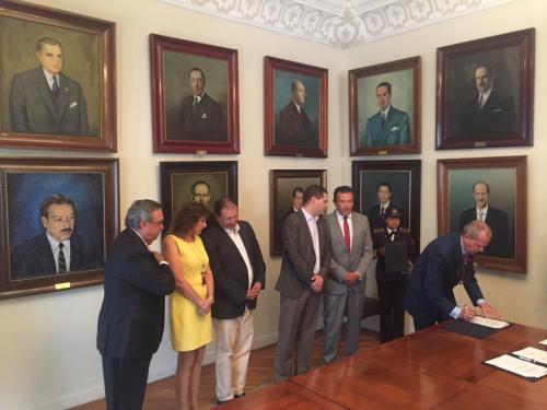 Carlo Miglioli firma como testigo de honor