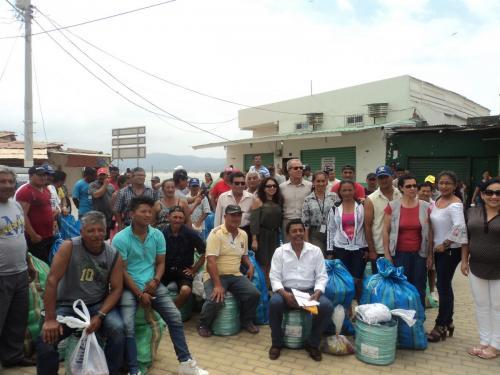 Beneficiarios y autoridades que participaron en el evento de entrega de los kits de artes de pesca artesanal