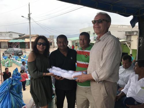 Entrega de kits a pescador artesanal, por parte de los Codirectores del FIEDS, Andrea Marín y Carlo Miglioli