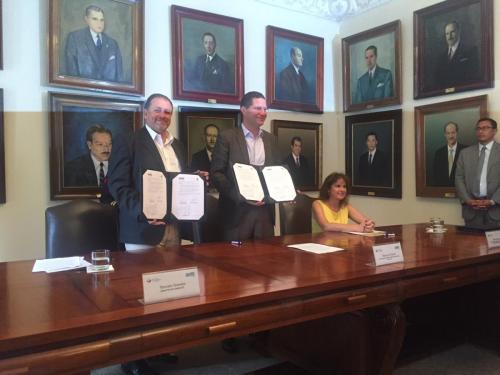 Ministro y Alcalde muestran firma de acuerdo